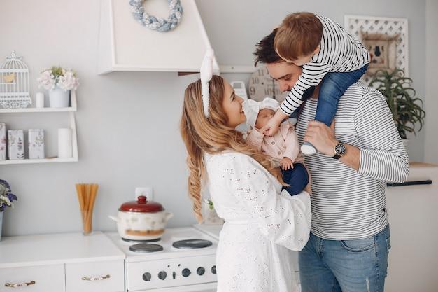 Familie mit kleinem sohn in einer küche