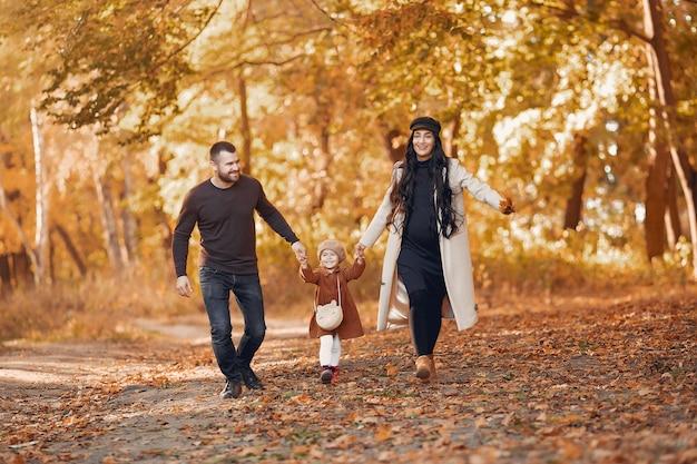 Familie mit kleiner tochter in einem herbstpark