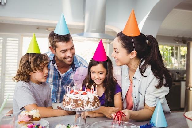 Familie mit kuchen bei tisch während der geburtstagsfeier