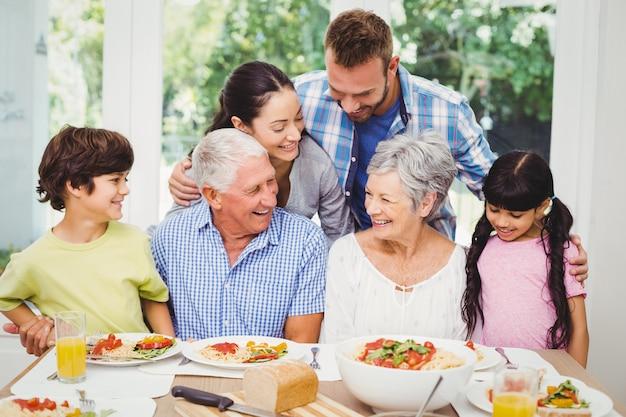 Familie mit mehreren generationen am esstisch