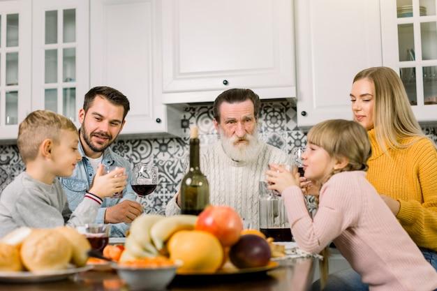 Familie mit mehreren generationen, die thanksgiving feiert
