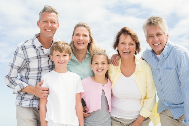 Familie mit mehreren generationen glücklich und lächelnd