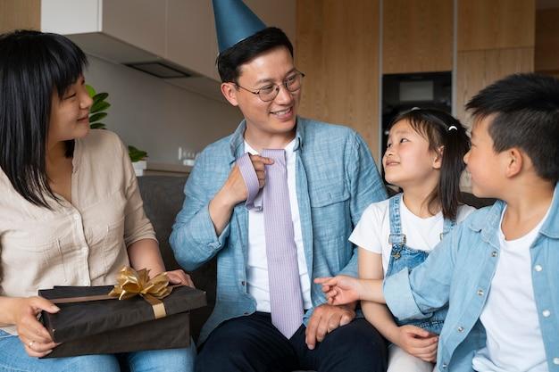 Familie mit mittlerer aufnahme, die geburtstag feiert