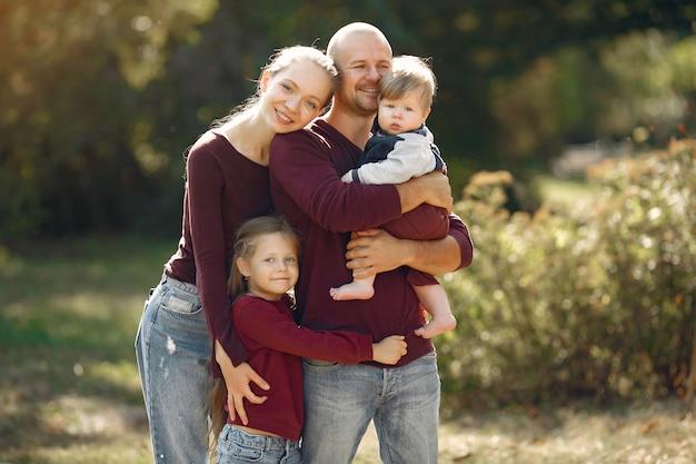 Familie mit netten kindern in einem herbstpark