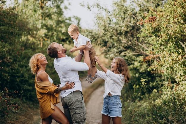 Familie mit sohn und tochter zusammen im park