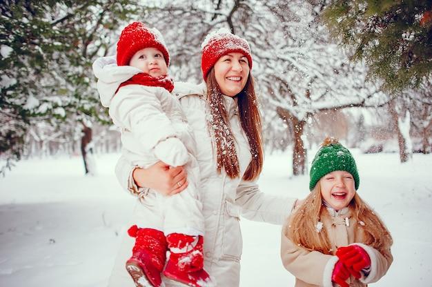 Familie mit süßen töchtern in einem winterpark