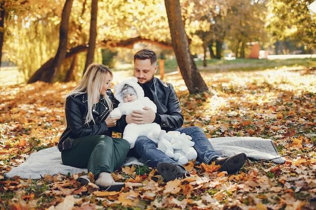 Familie mit tochter in einem herbstpark