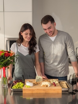 Familie mit wein und leckeren vorspeisen in der küche