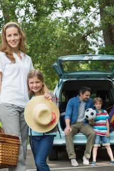 Familie mit zwei kindern am picknick