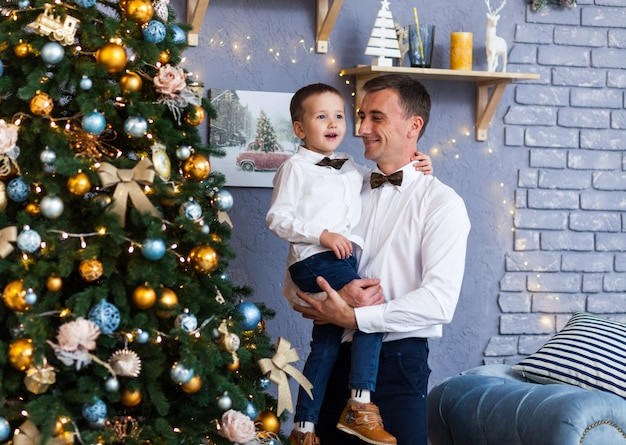 Familie neben einem weihnachtsbaum zu hause