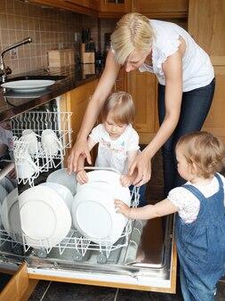 Familie neben offener spülmaschine