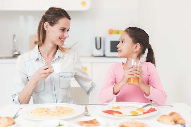 Familie sitzen in der küche und frühstücken