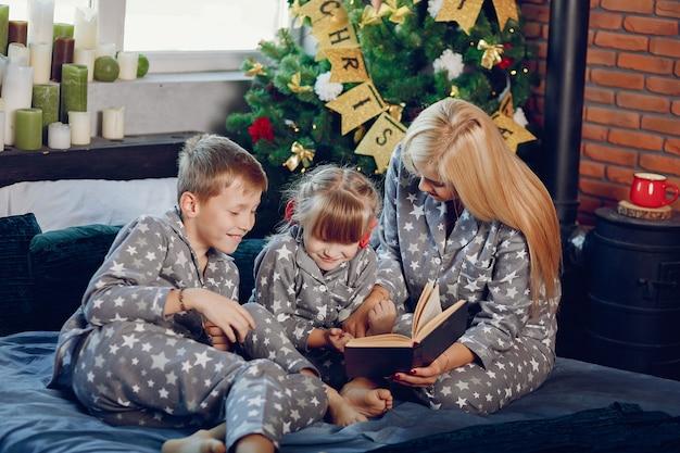 Familie sitzt auf einem bett