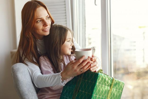 Familie sitzt zu hause mit geschenken