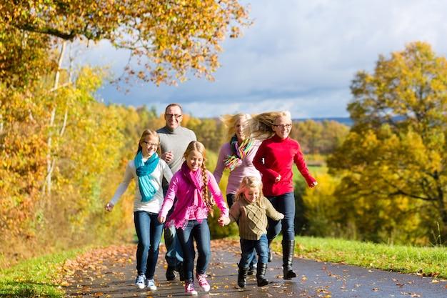 Familie spazieren im herbstwald