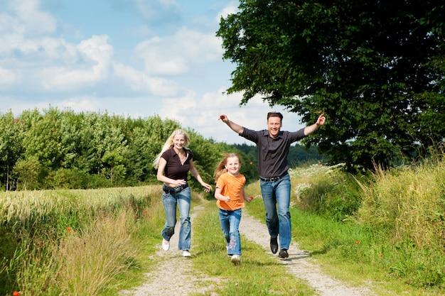 Familie spielt auf einem spaziergang