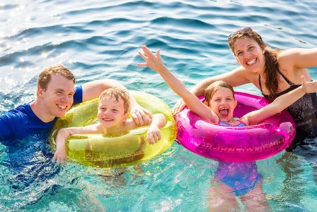 Familie spielt in einem pool