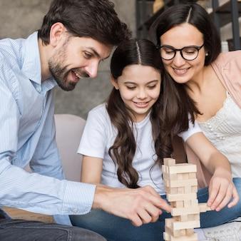 Familie spielt jenga zusammen