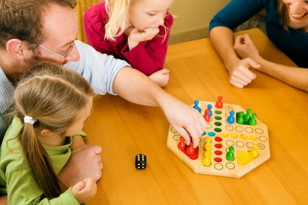 Familie spielt ludo zusammen