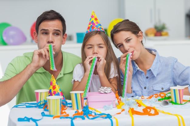 Familie spielt mit partyhörnern