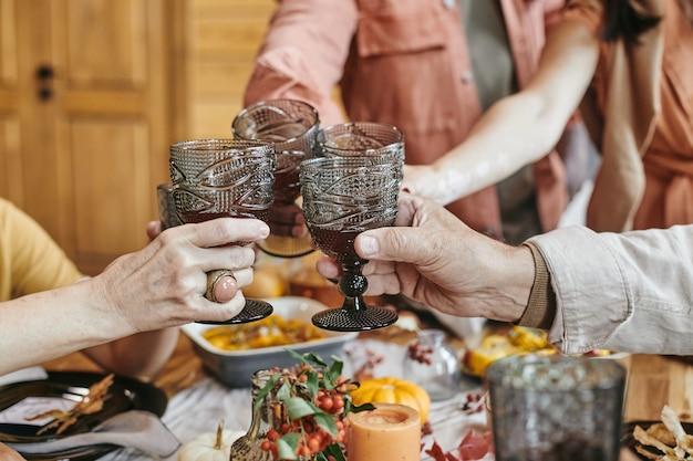Familie toastgläser mit wein