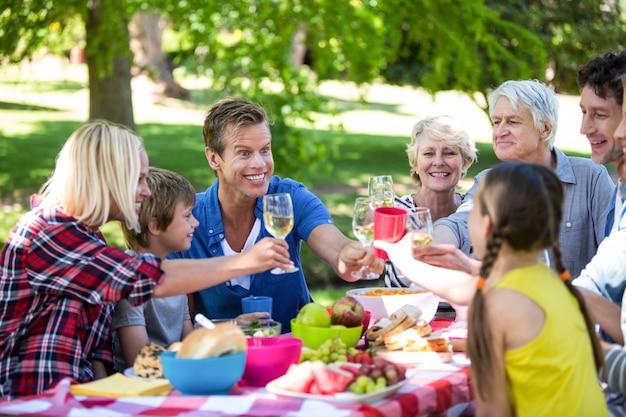 Familie und freunde beim picknick