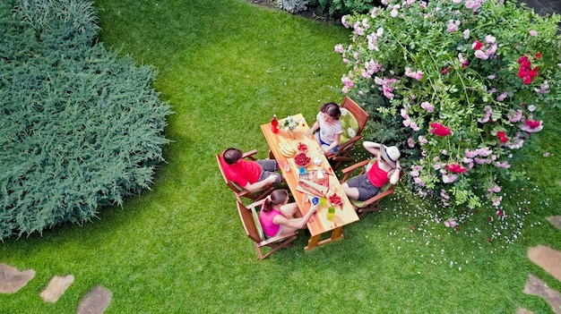 Familie und freunde essen zusammen im freien auf sommergartenparty