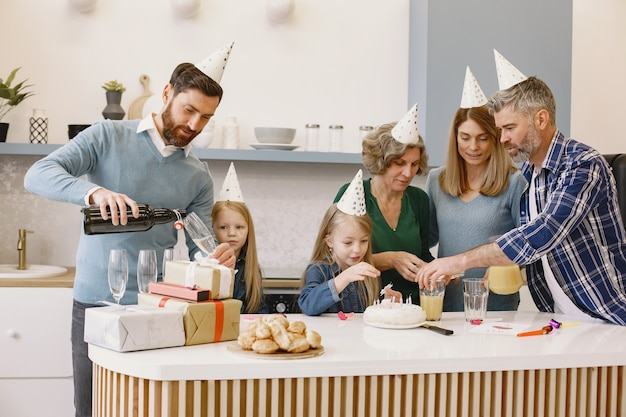 Familie und zwei ihre töchter feiern den geburtstag der großmütter die leute werden trinken