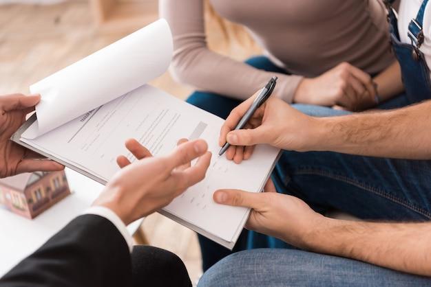 Familie unterzeichnet partnervereinbarung, um haus zu kaufen