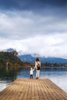 Familie verbringt die ferien an einem wunderschönen alpensee