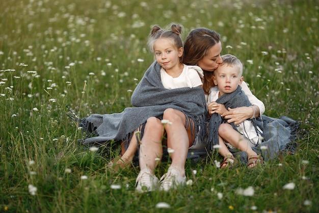 Familie verbringt zeit im urlaub im dorf
