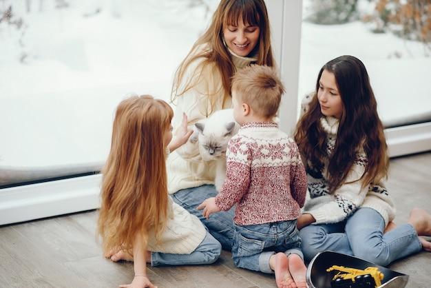 Familie verbringt zeit zu hause und steht in der nähe von windons