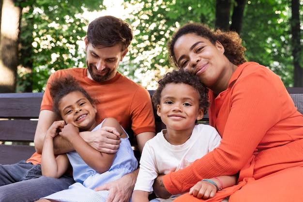 Familie verbringt zeit zusammen draußen im park