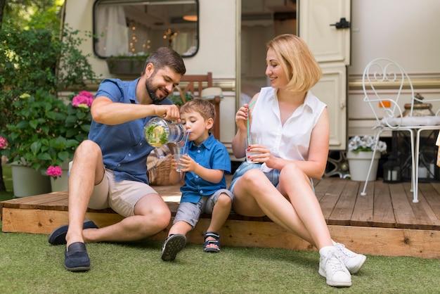 Familie verbringt zeit zusammen draußen