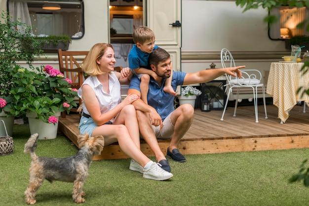 Familie verbringt zeit zusammen neben ihrem wohnwagen