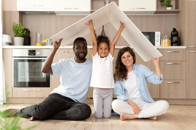 Familie verbringt zeit zusammen zu hause