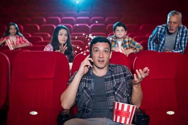 Familie verschiedener generationen im kino