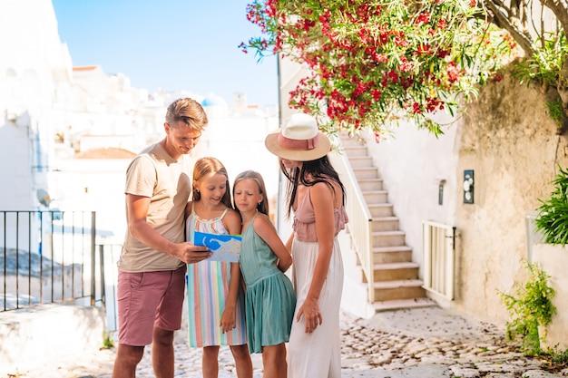 Familie von eltern und kindern machen urlaub in europäischen ferien