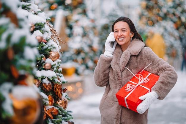 Familie von mutter und kindern mit geschenken an weihnachten.