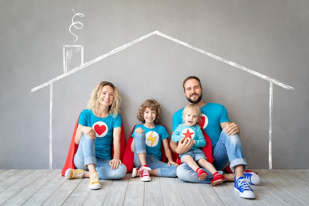 Familie von superhelden, die zu hause spielen
