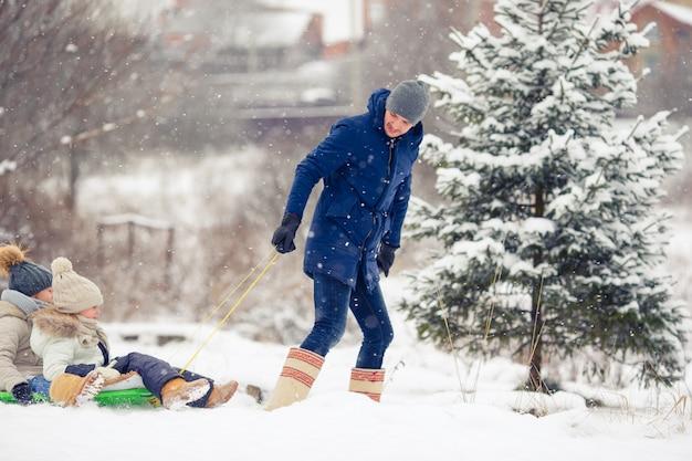Familie von vater und kindern machen urlaub in der wintersaison