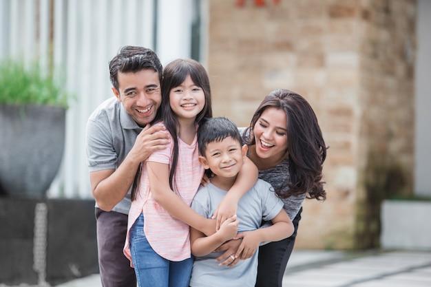 Familie vor ihrem neuen haus