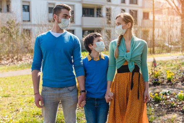 Familie während coronavirus-krisen, die einen spaziergang machen