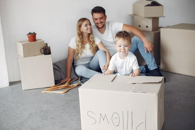 Familie zieht um und benutzt kisten