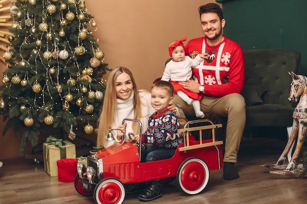 Familie zu hause nahe weihnachtsbaum