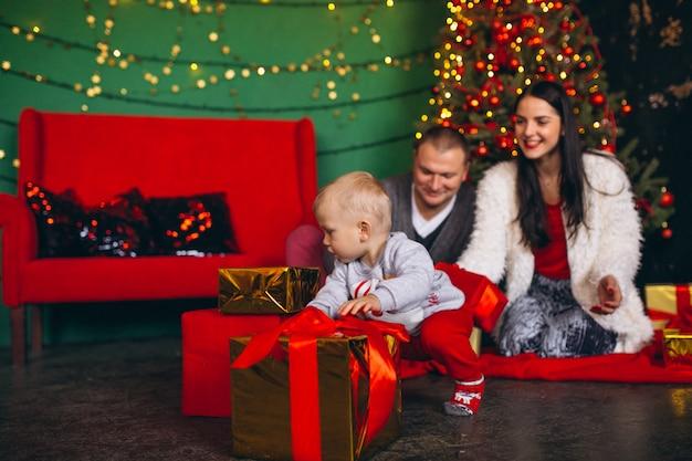 Familie zu weihnachten am weihnachtsbaum