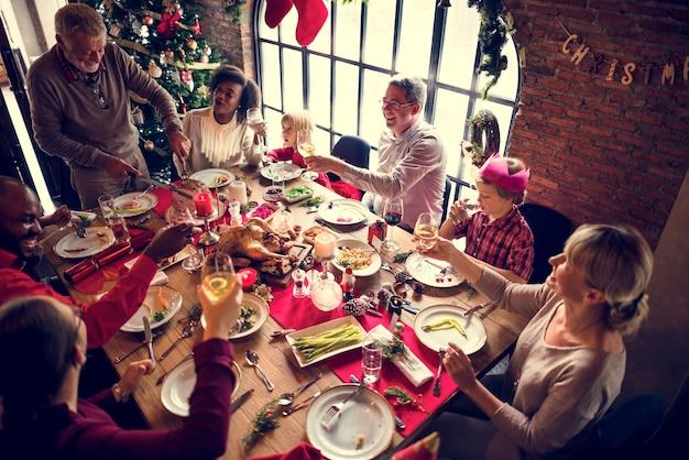Familie zusammen weihnachtsfeier konzept