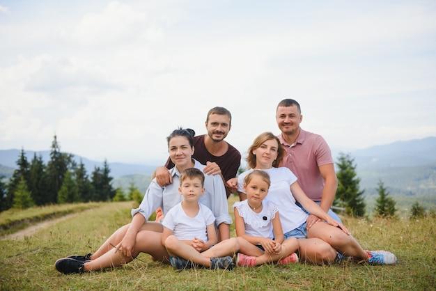 Familien, die zusammen in der natur entspannen