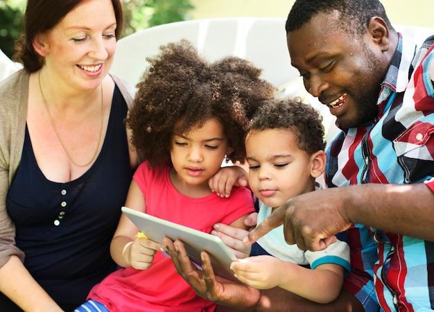 Familien-entspannung-elternschafts-zusammengehörigkeits-liebes-konzept
