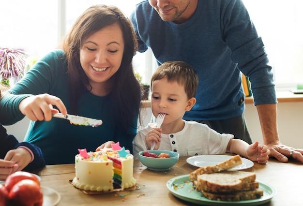 Familien-ereignis-geburtstags-party-zusammengehörigkeits-glück